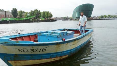 Spelevaren op een vluchtelingenboot